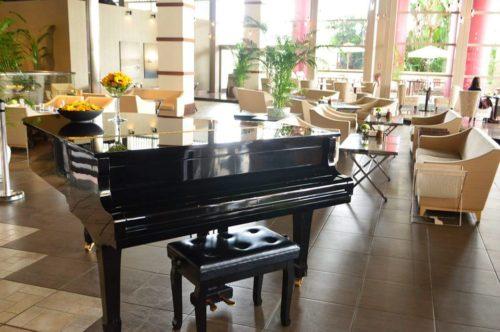 ピアノの音色が響くレストラン